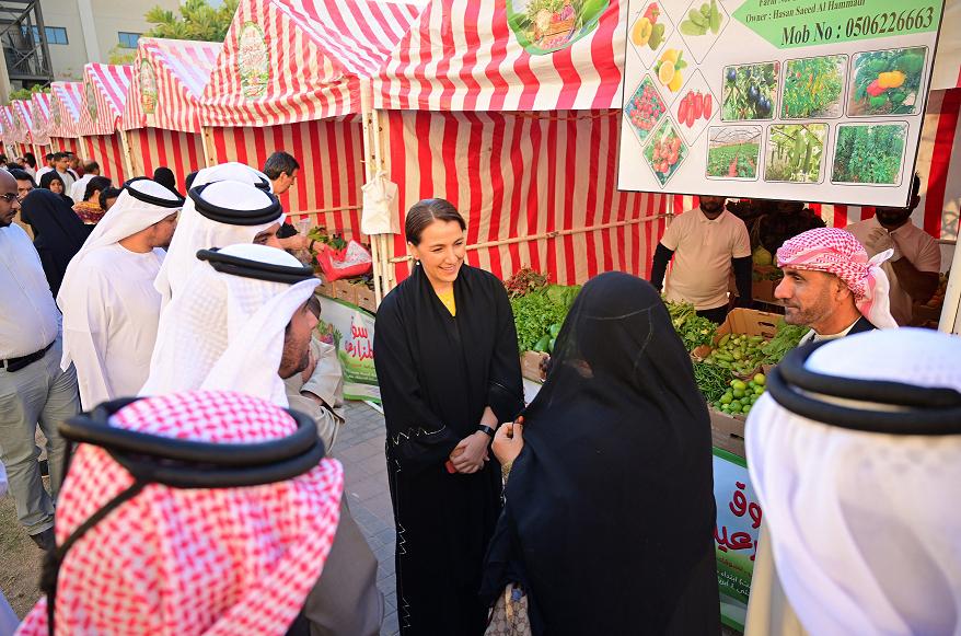 مريم المهيري تزور سوق المزارعين بأبوظبي وتشيد بجودة المنتجات المحلية