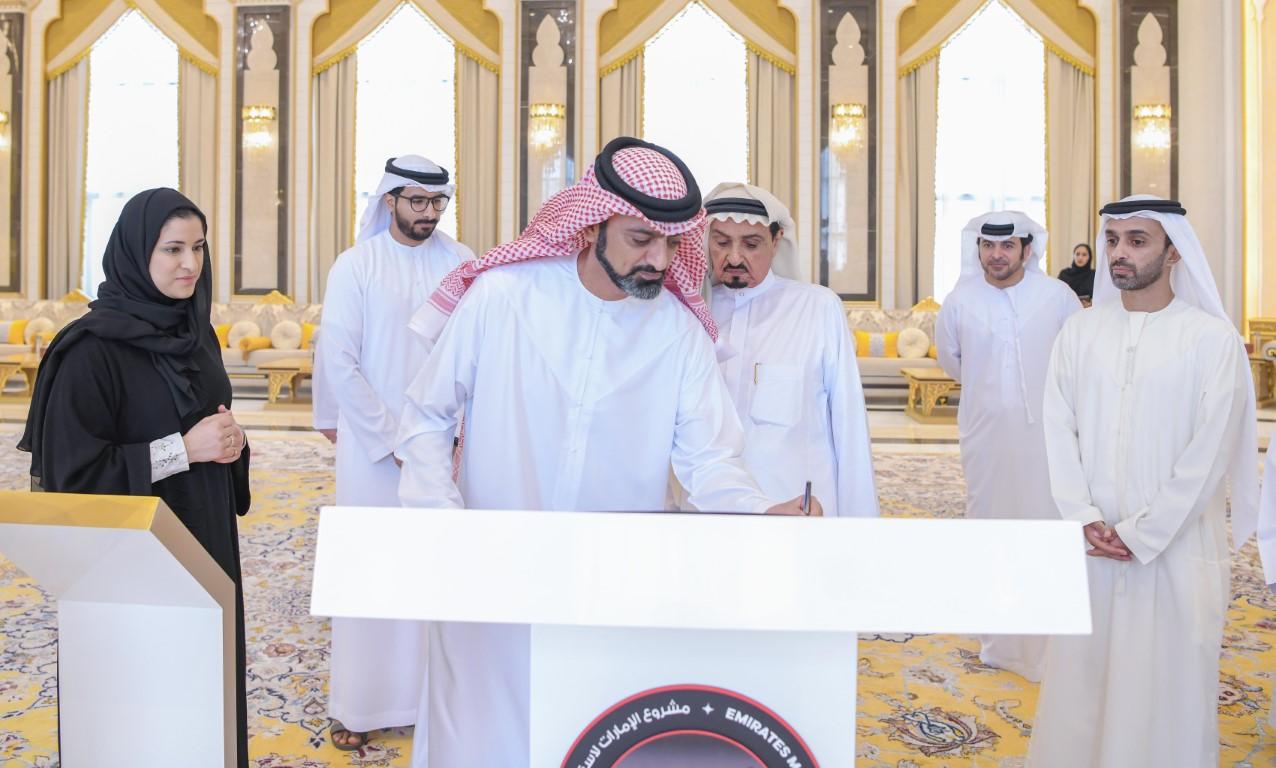 """حاكم عجمان وولي عهده يوقعان على القطعة الأخيرة من """" مسبار الأمل"""""""