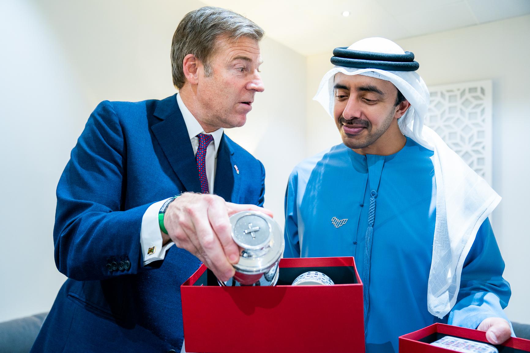 عبدالله بن زايد يستقبل عمدة الحي المالي في لندن