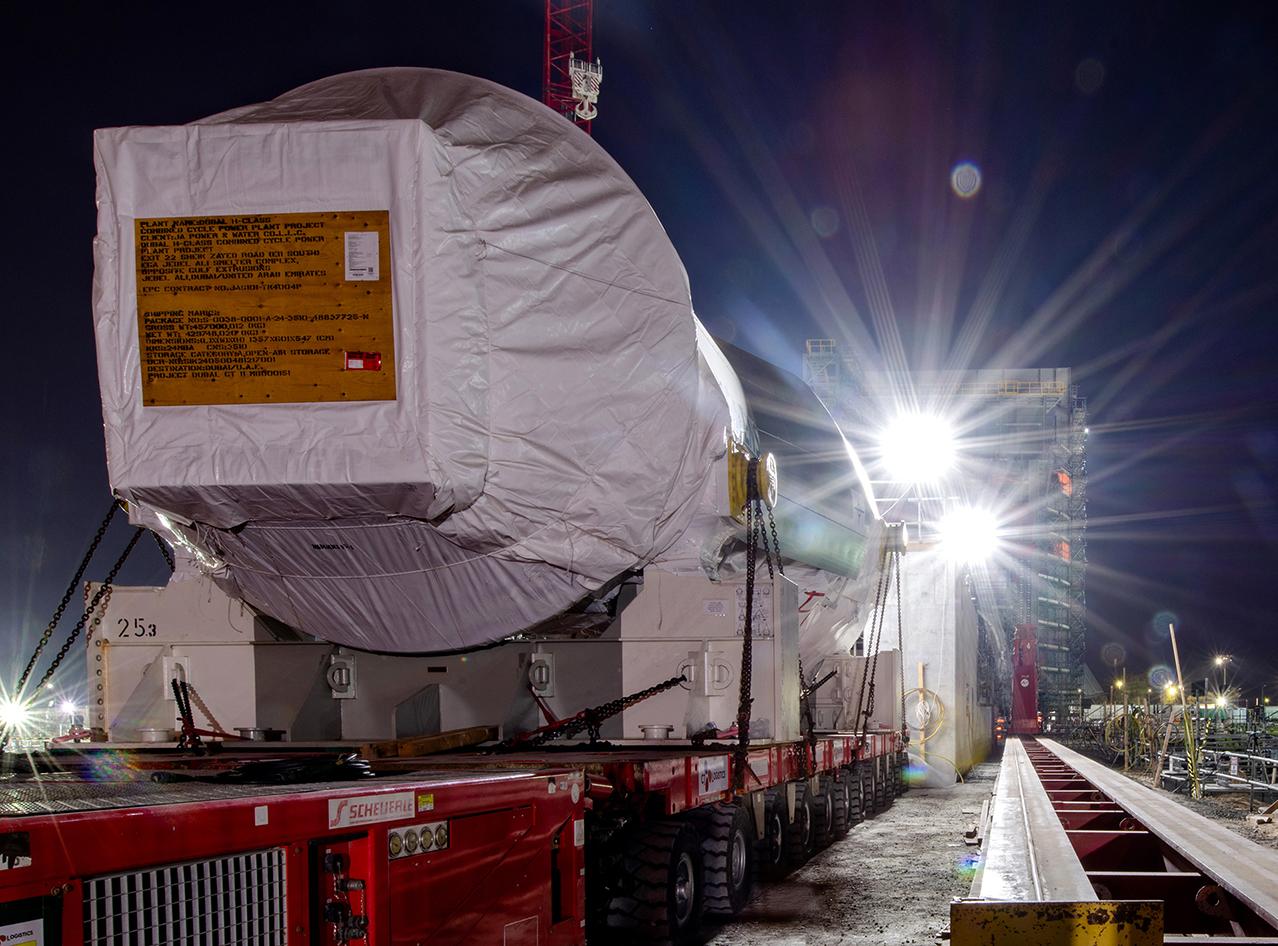 نقل توربين عملاق للغاز بوزن 457 طناً إلى موقع الإمارات العالمية للألمنيوم في جبل علي