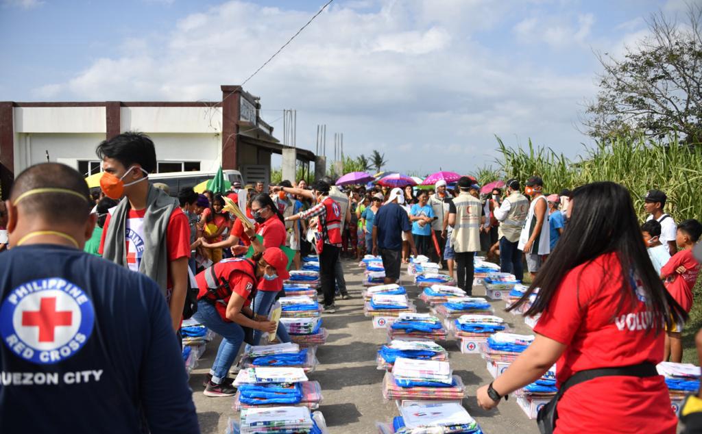 """15 ألفا يستفيدون من المساعدات الإنسانية الإماراتية للمتأثرين من بركان """"تال"""" في الفلبين"""