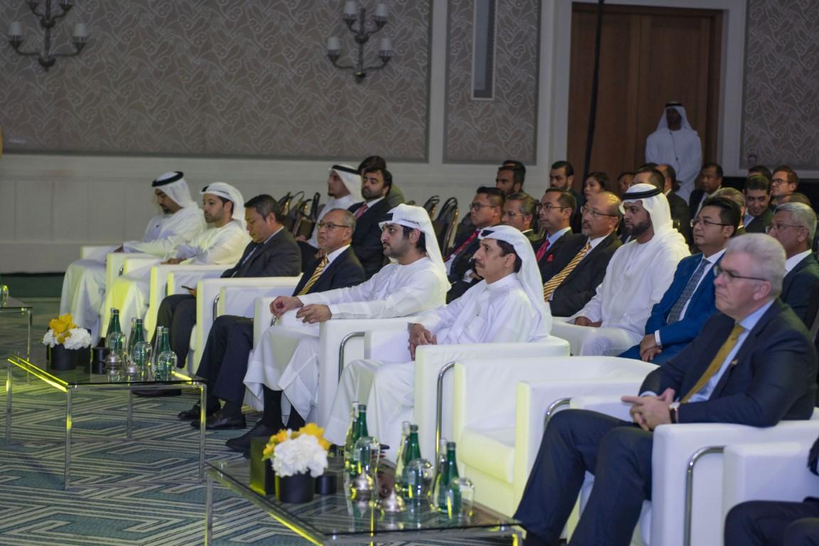 مكتوم بن محمد يشهد افتتاح أول فرع لمصرف