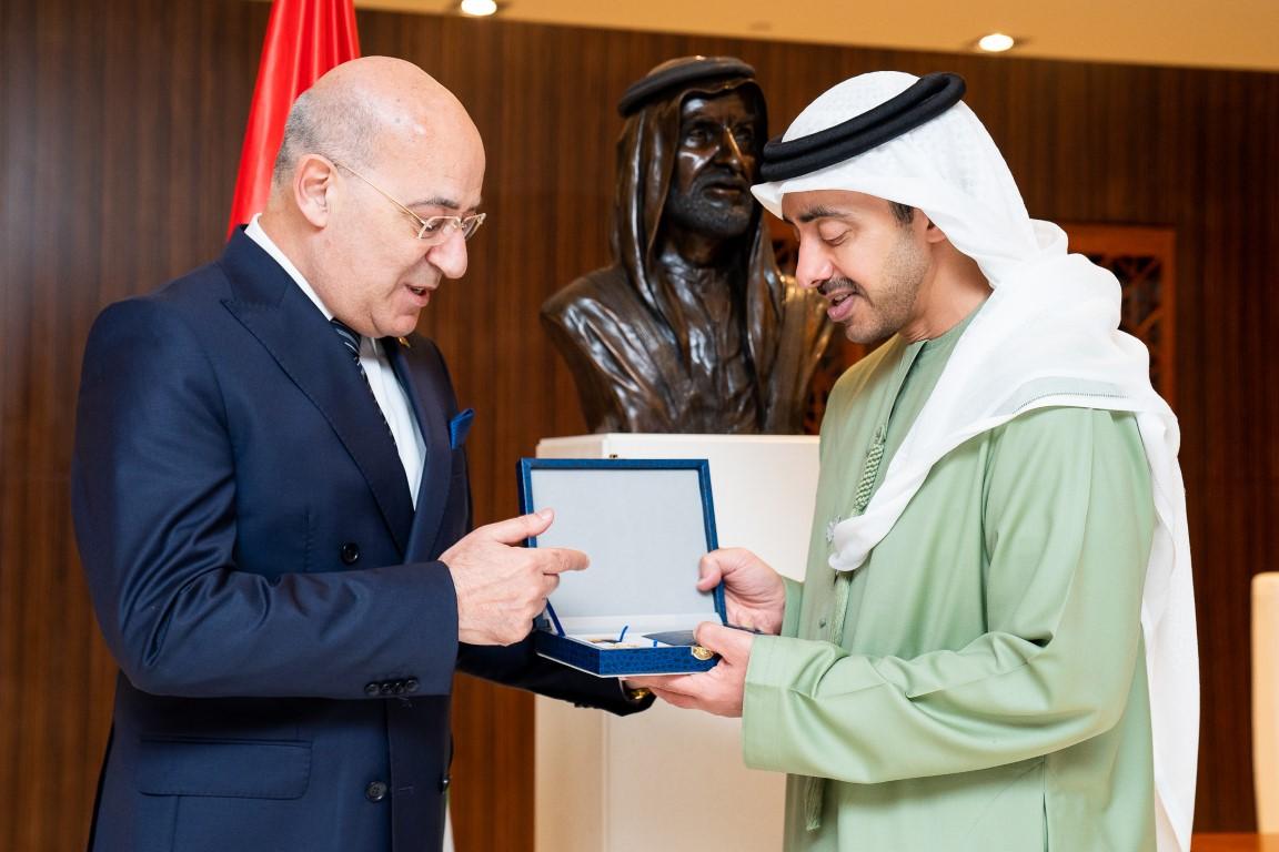 """حكومة أذربيجان تمنح عبدالله بن زايد """"ميدالية الذكرى المئوية لتأسيس الخارجية الأذربيجانية"""""""