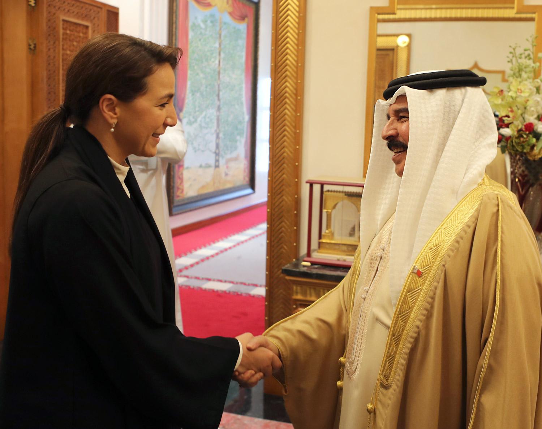 ملك البحرين يستقبل مريم المهيري وسفير الدولة