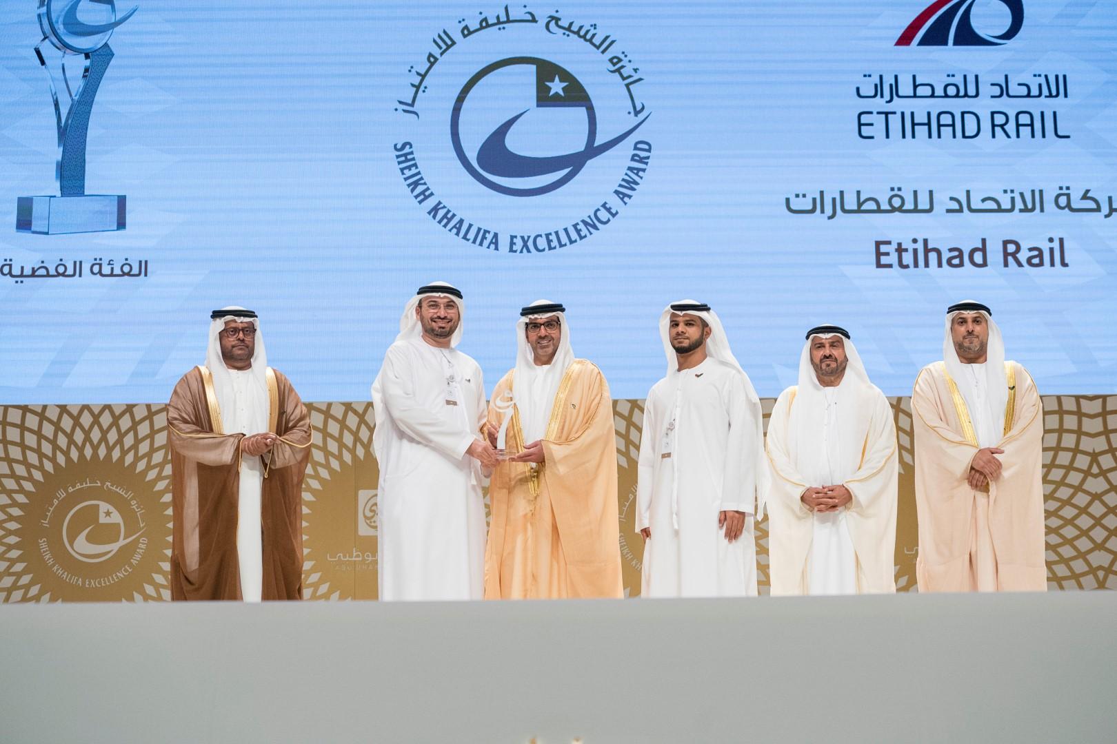 حامد بن زايد يكرم الفائزين بجائزة الشيخ خليفة للامتياز بدورتها الـ