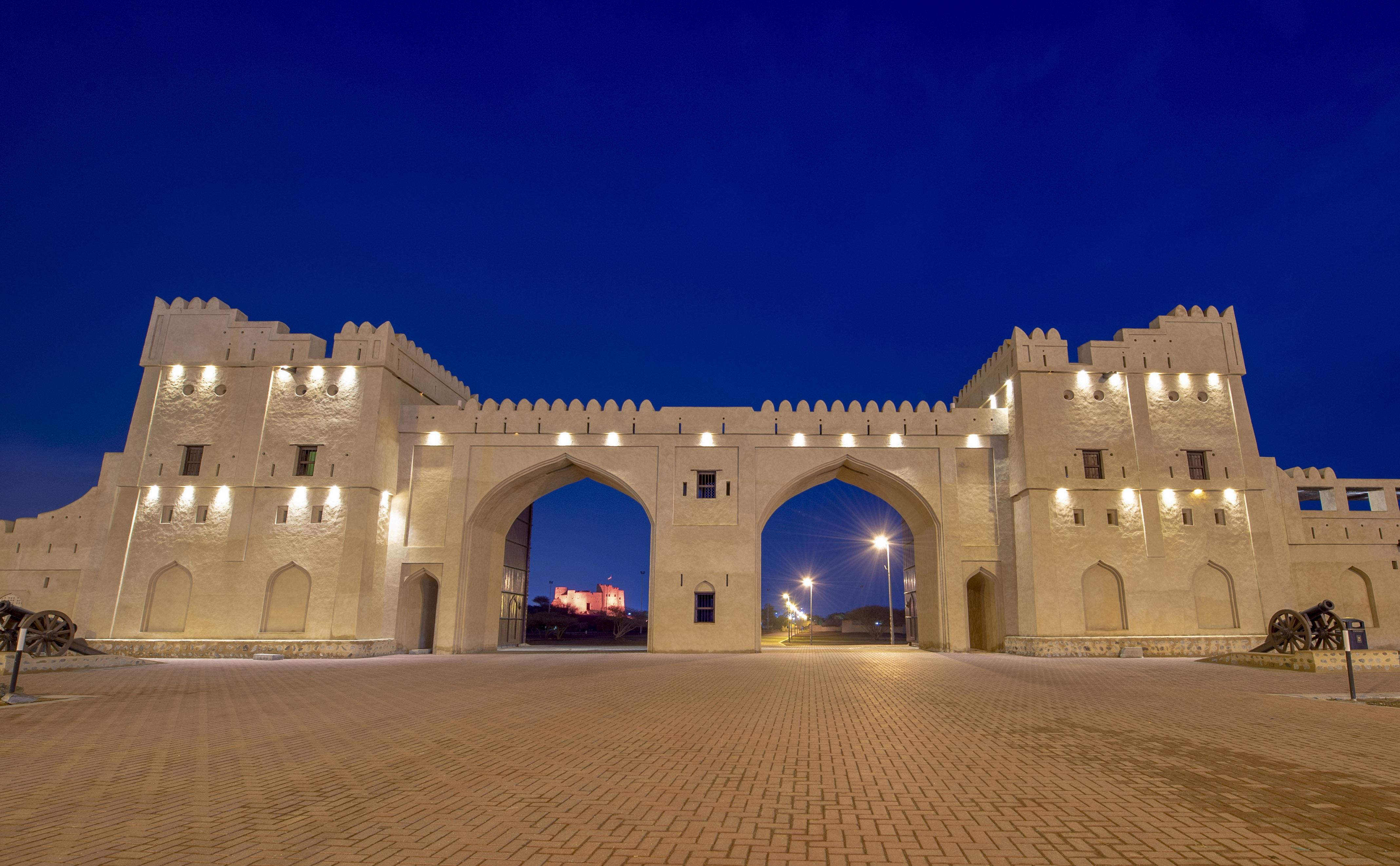 صورة اليوم | بوابة قلعة الفجيرة .. واحدة من أكثر القلاع فرادة من بين القلاع والحصون المشيدة في الإمارات