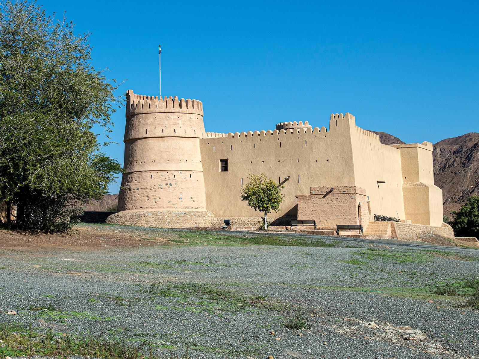 صورة اليوم |  قلعة البثنة في الفجيرة.. أيقونة سياحية شاهدة على تاريخ 3 قرون