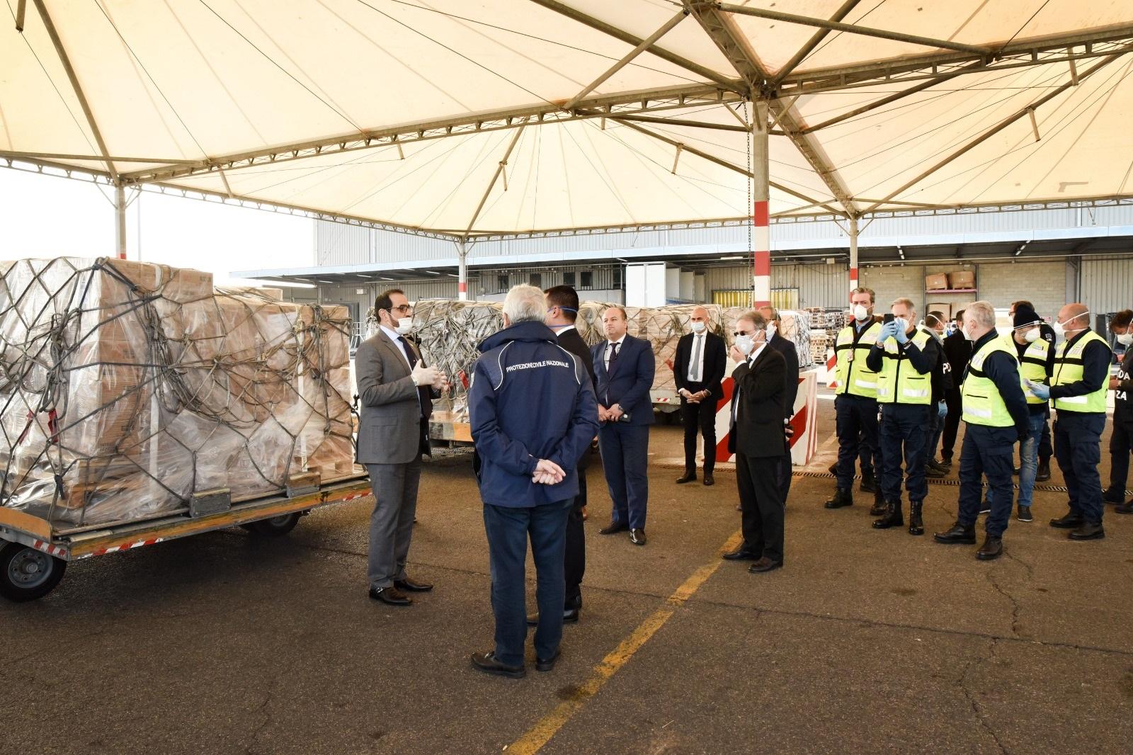 الإمارات ترسل طائرة مساعدات إلى إيطاليا لدعمها في مواجهة فيروس كورونا المستجد