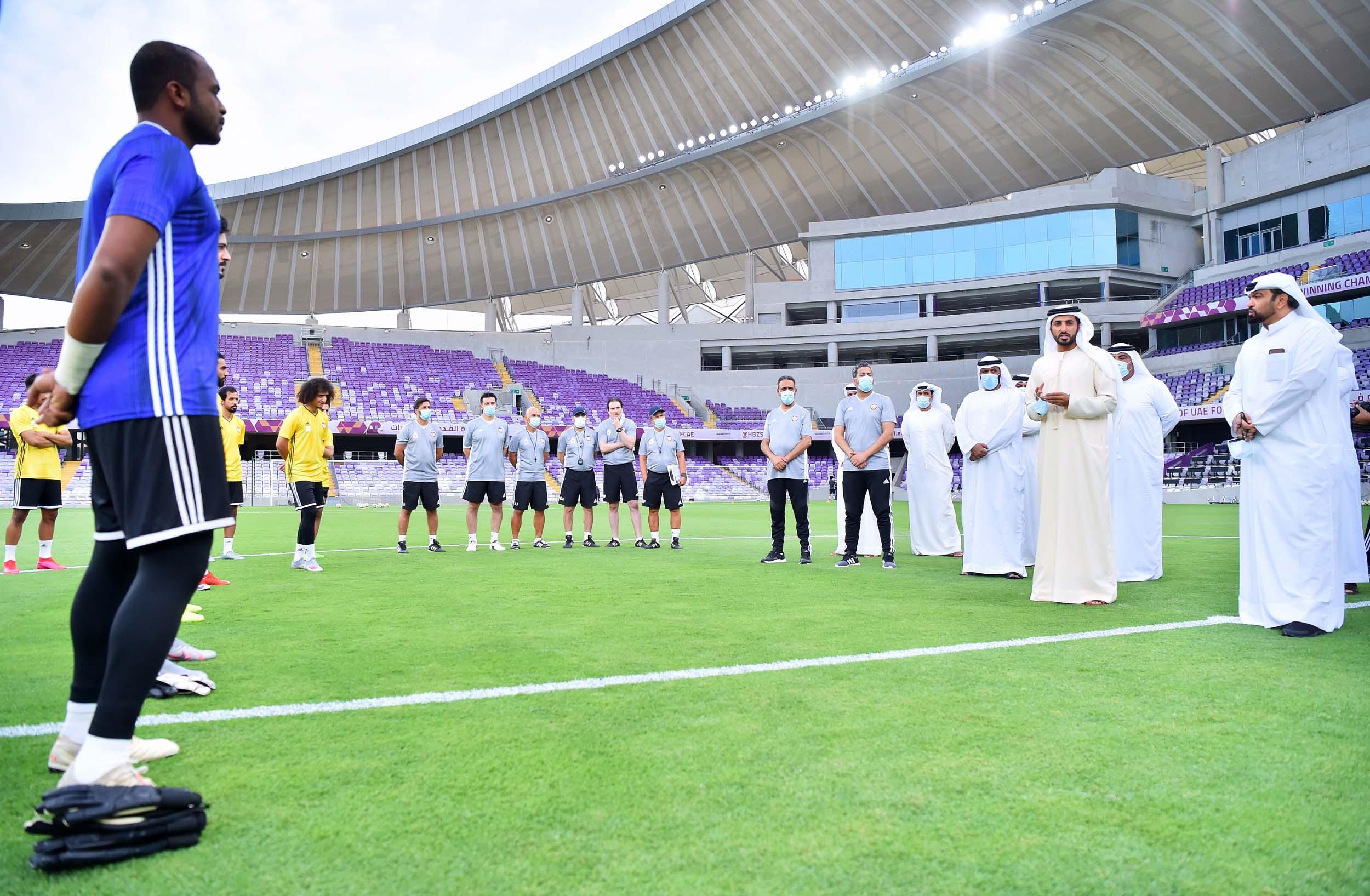 راشد بن حميد يزور المنتخب الوطني لكرة القدم في معسكره بمدينة العين