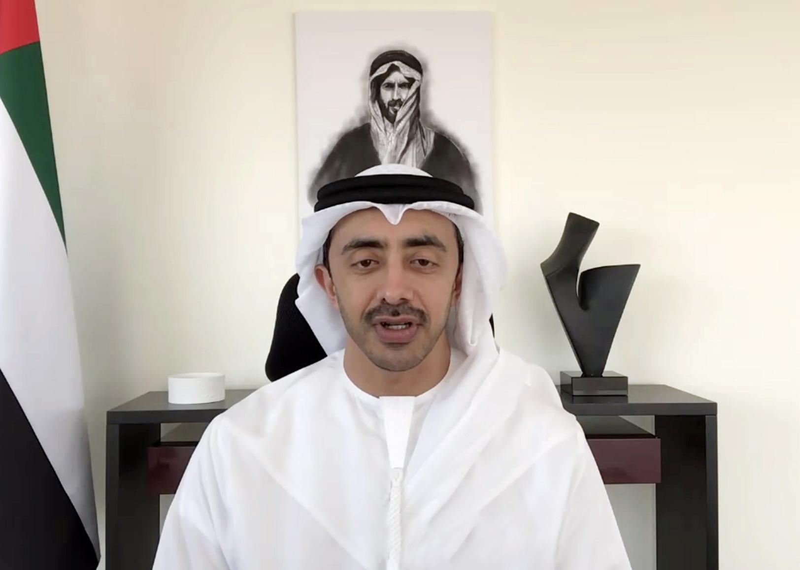 عبدالله بن زايد يجري اتصالا مرئيا مع وزير الخارجية الإيراني