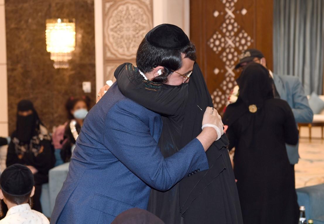 الإنسانية تتجلى في أبهى صورها .. الإمارات تجمع شمل عائلة يمنية يهودية بعد فراق 15 عاما