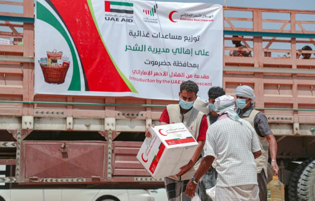 الإمارات تقدم أكثر من 21 طنا من المساعدات الغذائية لأهالي الشحر في حضرموت