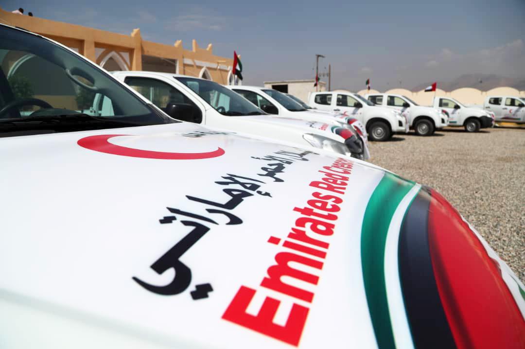 """""""هيئة الهلال الأحمرالإماراتي """"  تسلم عددا من السيارات لدعم المؤسسات الخدمية بمحافظة حضرموت"""