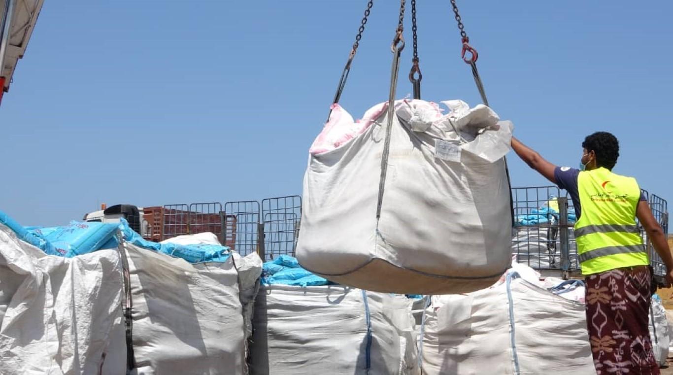 """بدعم من دولة الإمارات .. """"الهلال الأحمر"""" يسير قافلة مساعدات غذائية إلى قری الوازعية غرب تعز"""