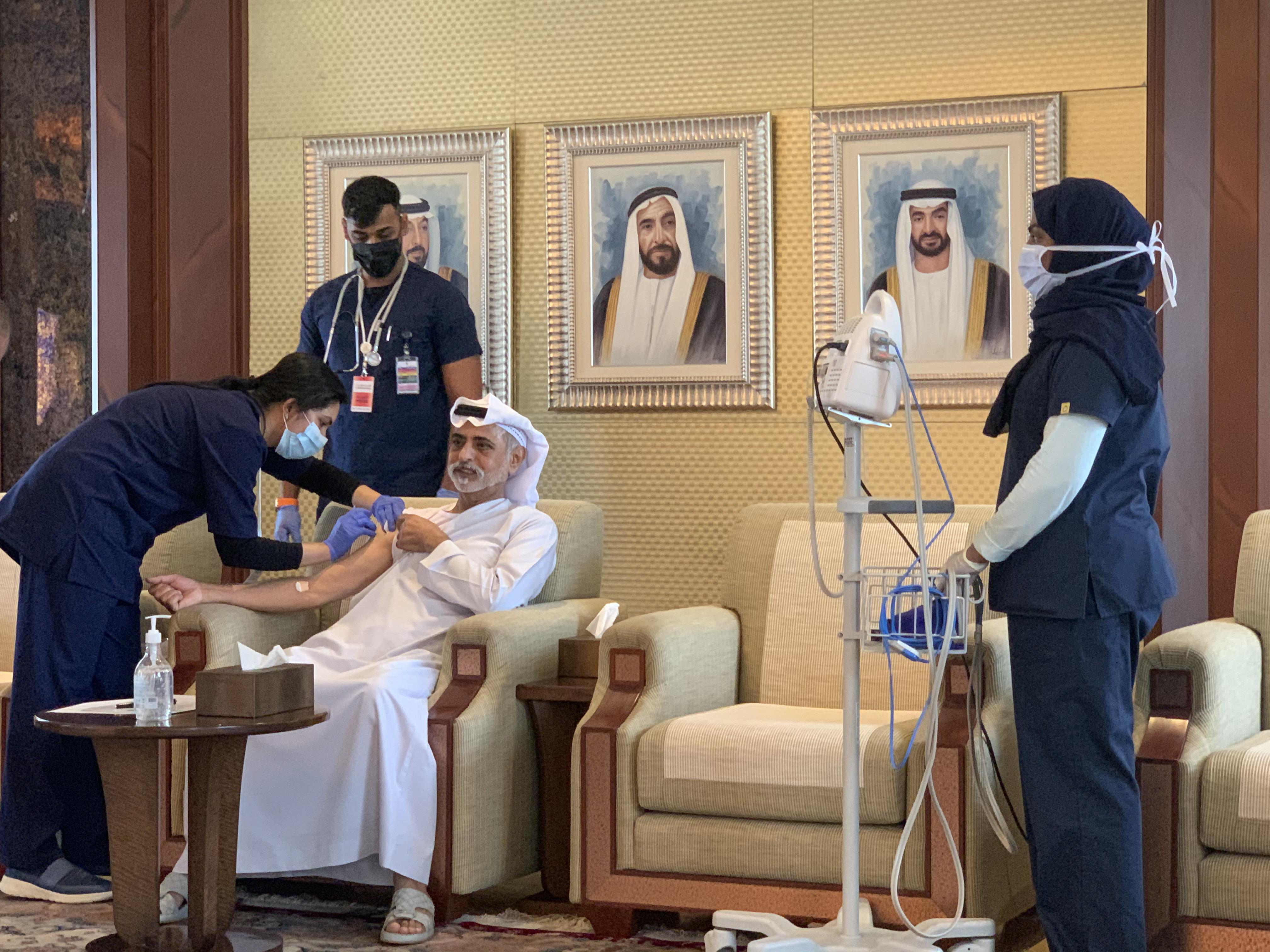 نهيان بن مبارك يتلقى جرعة من لقاح