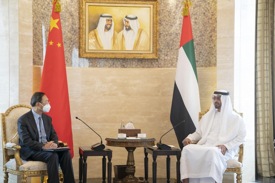 محمد بن زايد يتلقى رسالة من الرئيس الصيني خلال استقباله مبعوث الرئيس