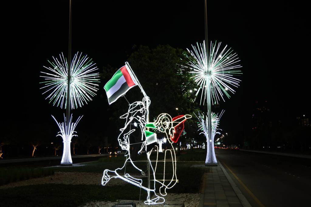 بلدية أبوظبي تزيّن العاصمة وضواحيها بـ 40 ألف علم و5200 تشكيل ضوئي