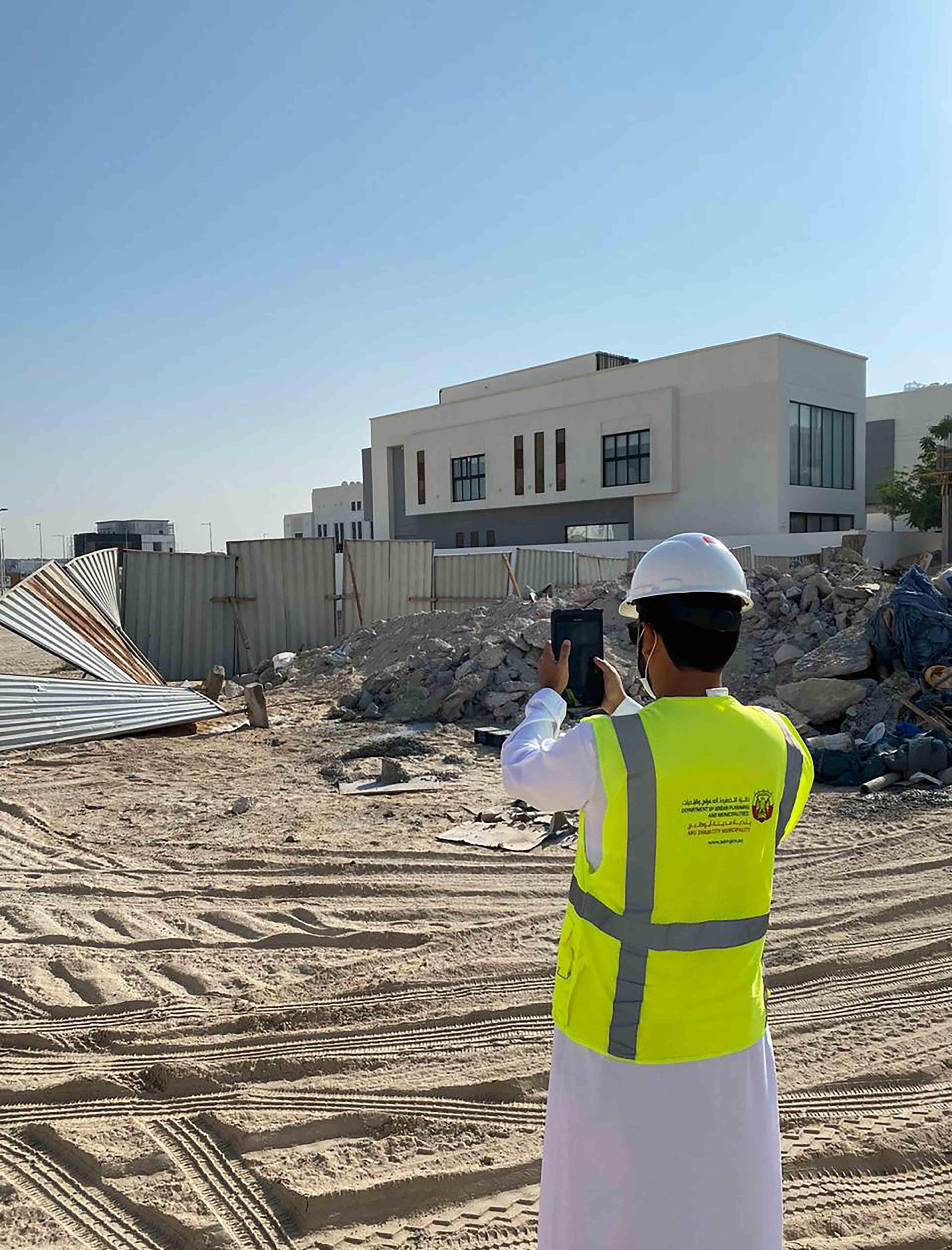 بلدية أبوظبي تنفذ حملة تفتيشية على المواقع الإنشائية