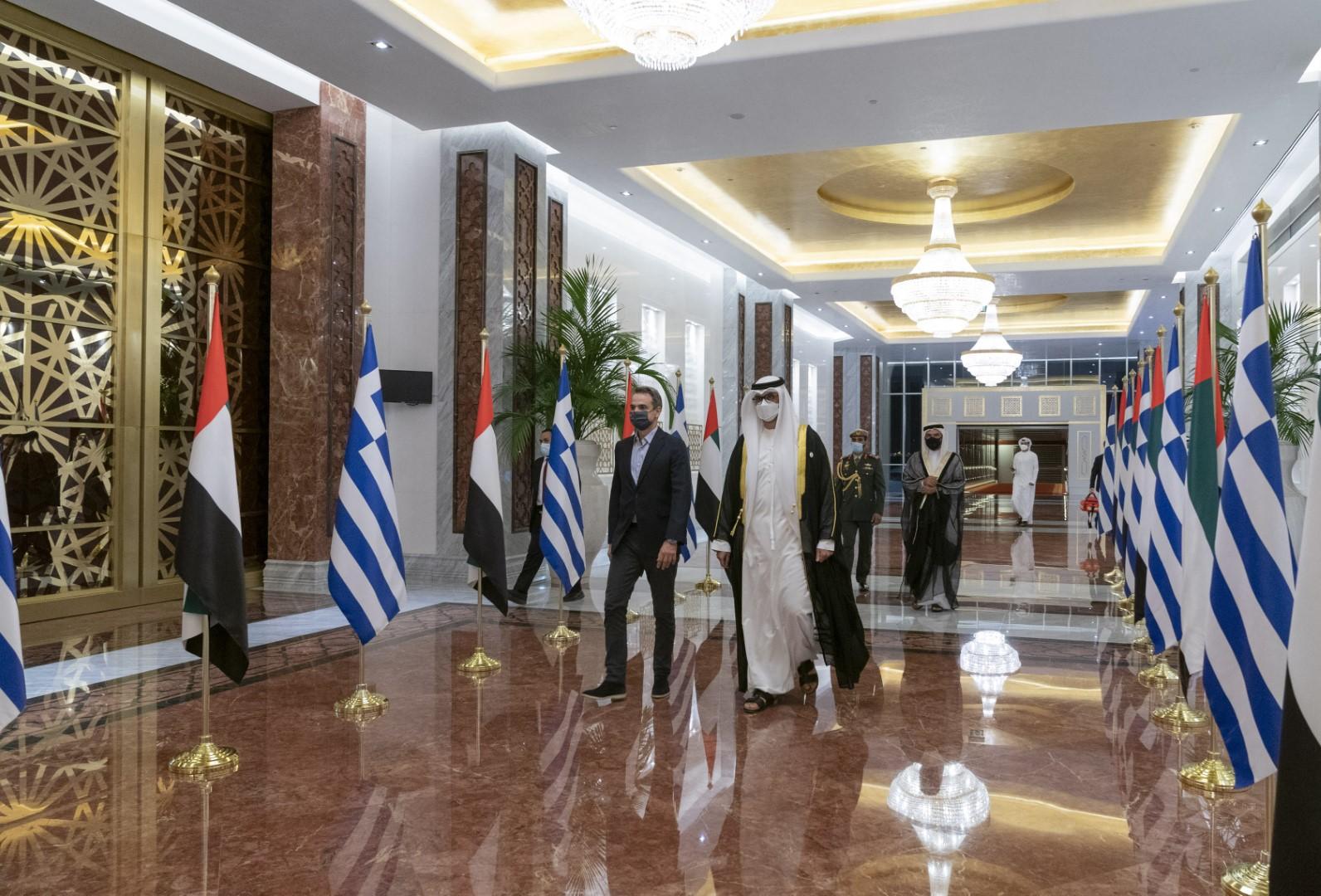 رئيس الوزراء اليوناني يصل البلاد