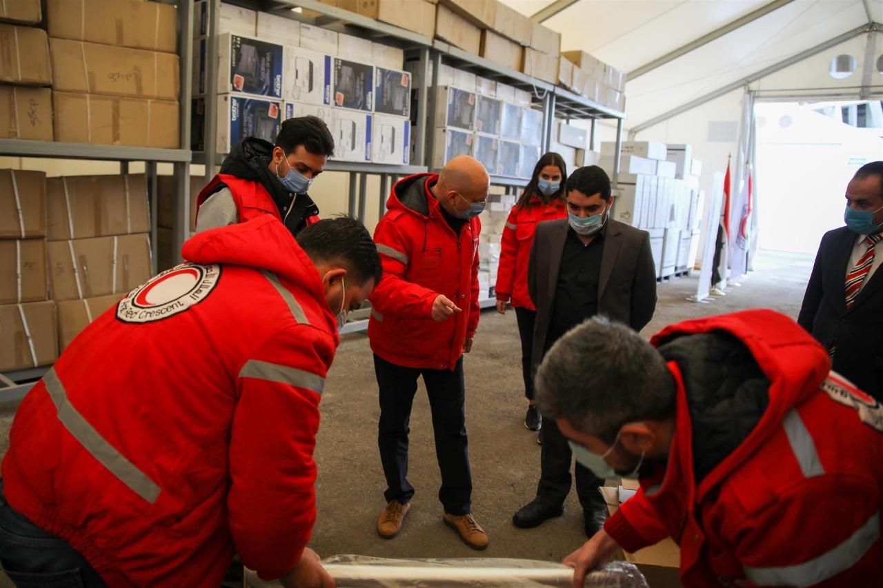 """بتوجيهات حمدان بن زايد .. وصول قافلة مساعدات برية من """"الهلال الأحمر الإماراتي"""" إلى دمشق للحد من تفشي كوفيد-19"""