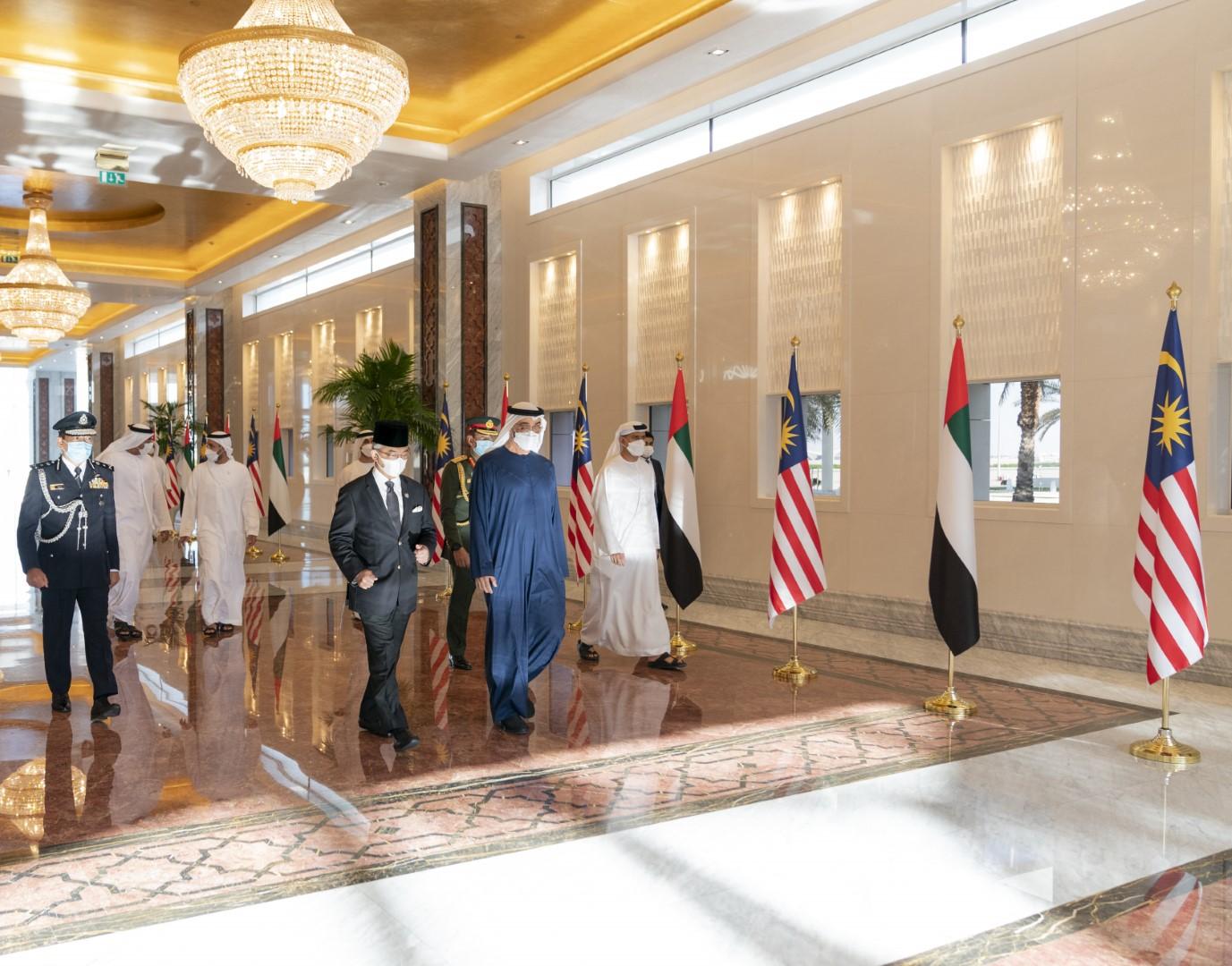 استقبله محمد بن زايد .. ملك ماليزيا يصل البلاد