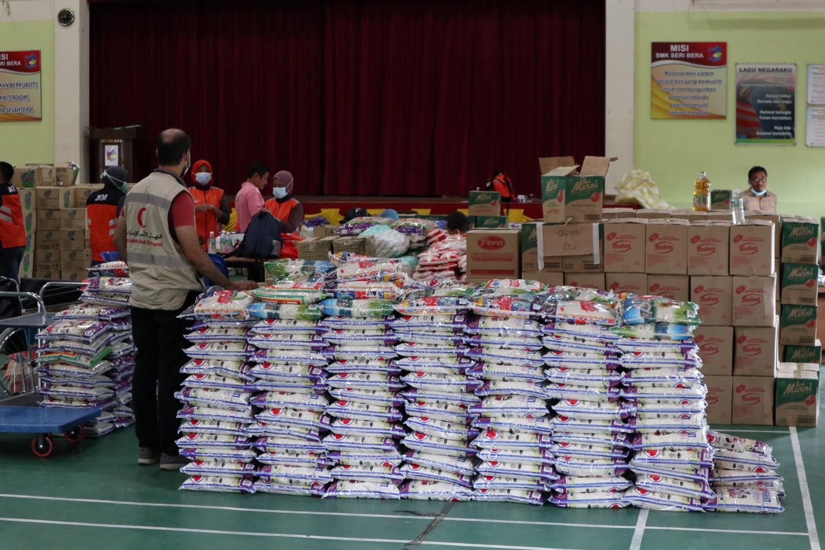 الهلال الأحمر يعزز جهوده الإنسانية لصالح المتأثرين من الفيضانات في بهانج بماليزيا