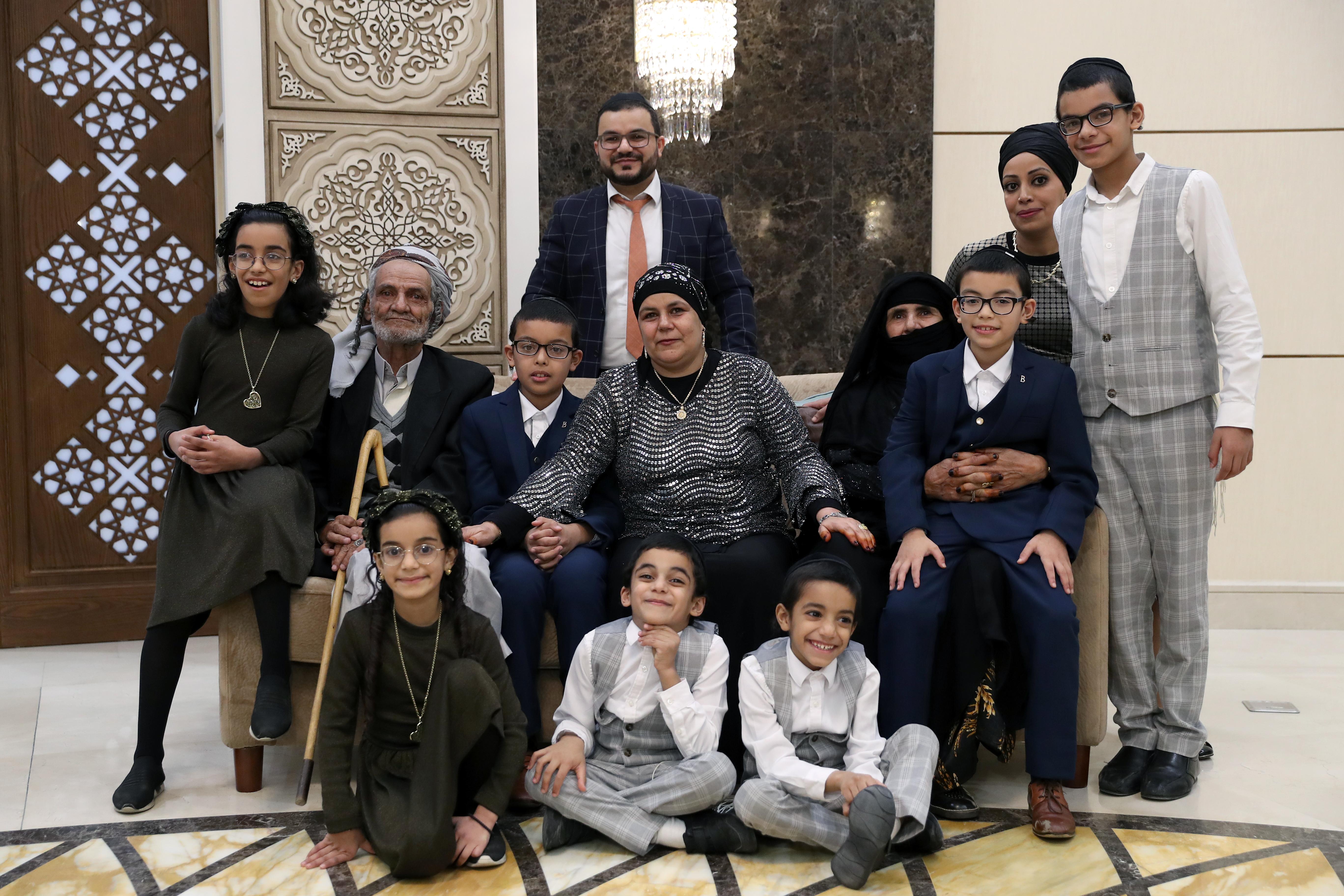 إعلاء لقيم الأخوة الإنسانية والتضامن .. الإمارات تجمع شمل عائلتين يمنيتين يهوديتين بعد فراق 21 عاما