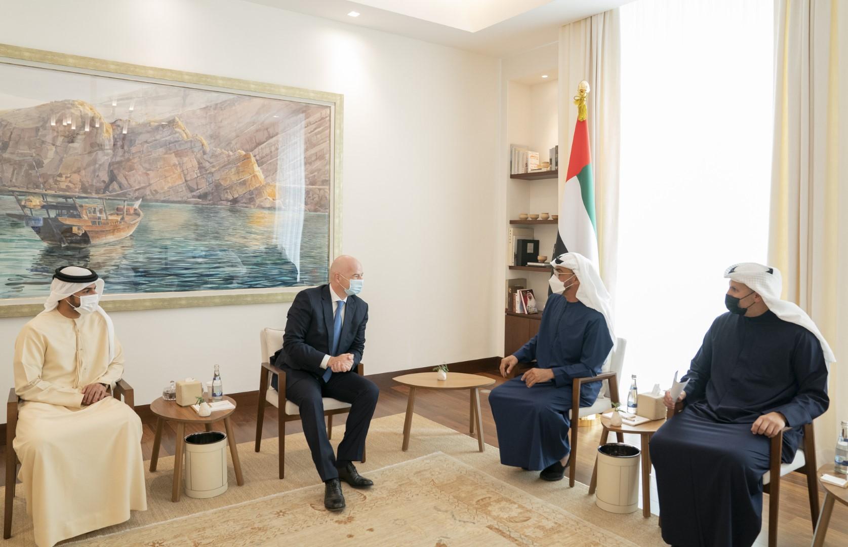 """محمد بن زايد يستقبل رئيس الــ """" فيفا"""""""