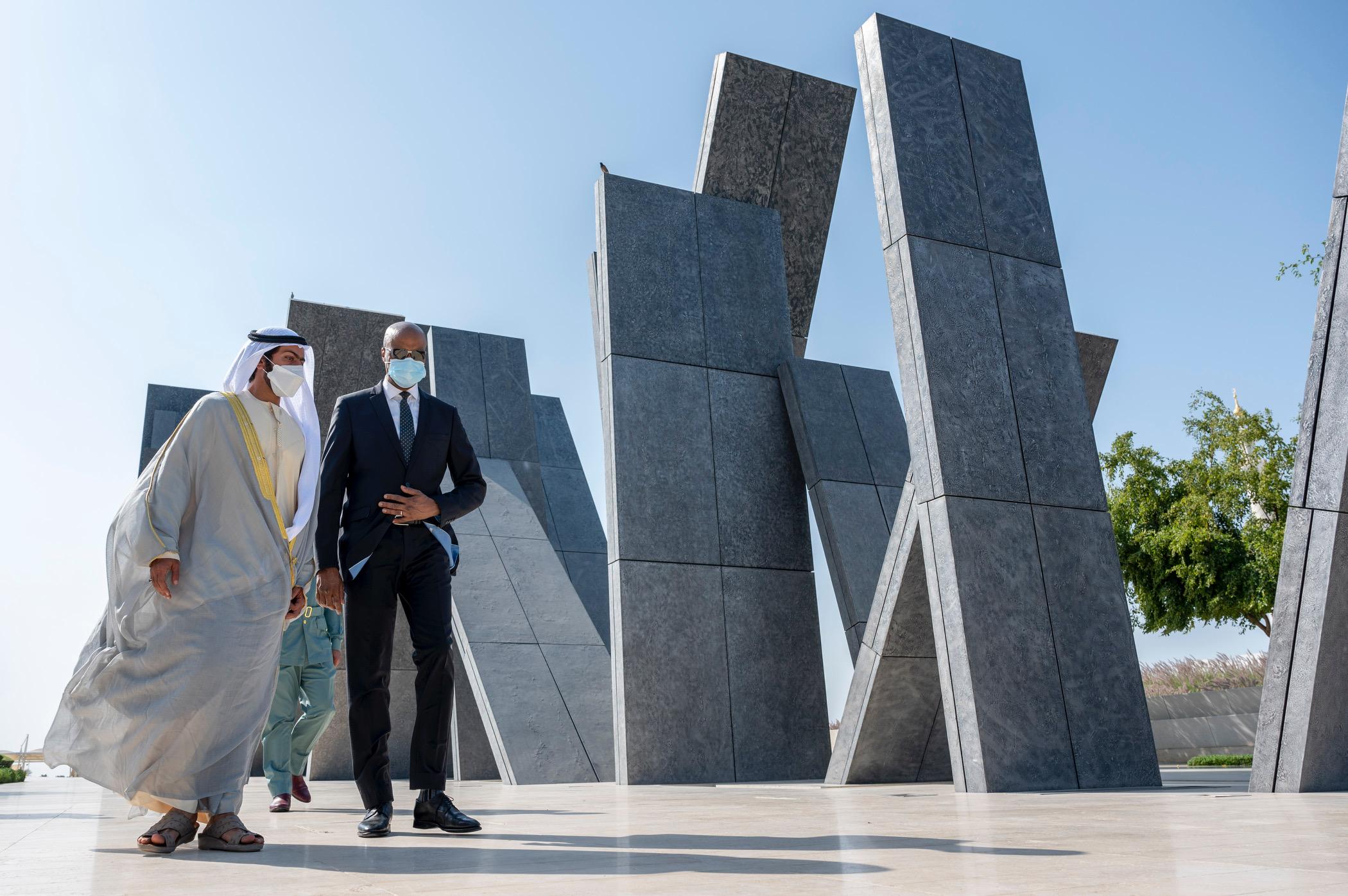 خليفة بن طحنون يستقبل وزير الأمن الغيني في واحة الكرامة