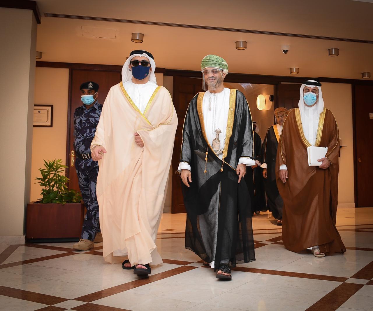 عبدالله بن زايد يلتقي وزير خارجية عمان في مسقط