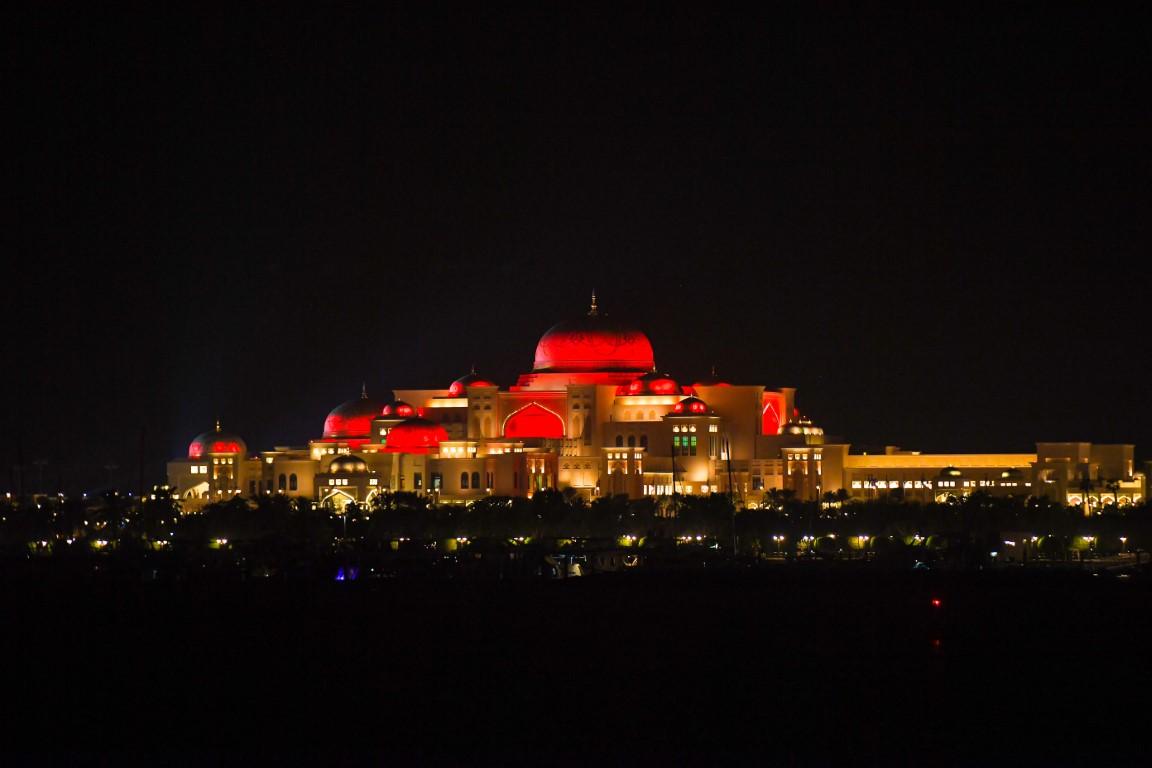 أشهر معالم الإمارات والعالم العربي تكتسي بألوان الكوكب الأحمر بالتزامن مع وصول