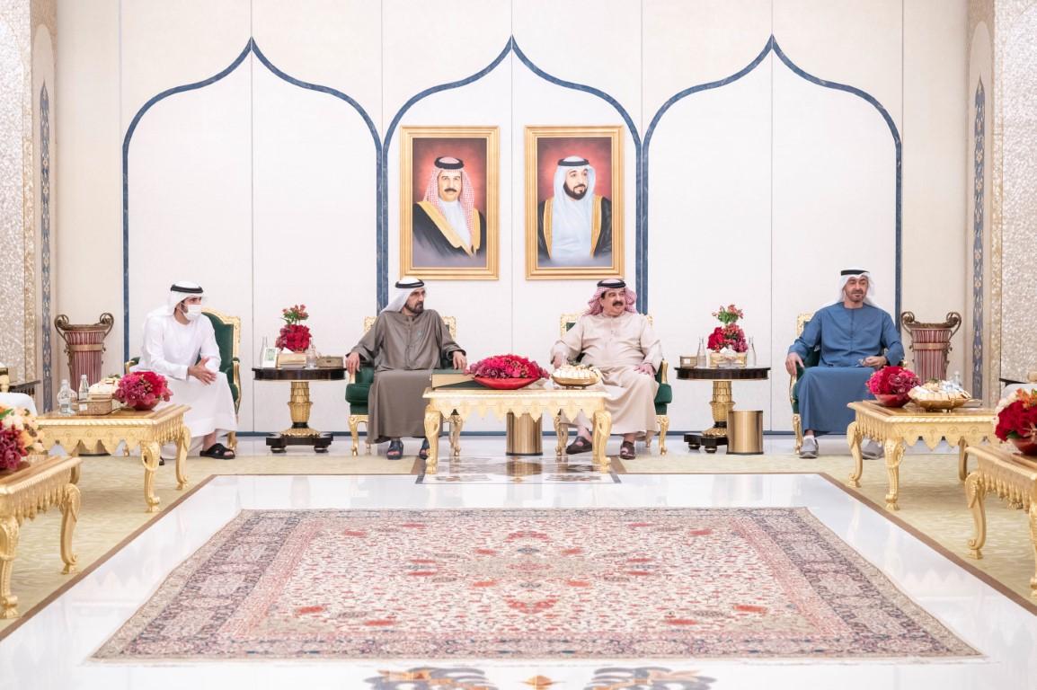 ملك البحرين يستقبل محمد بن راشد و محمد بن زايد بمقر إقامته في أبوظبي