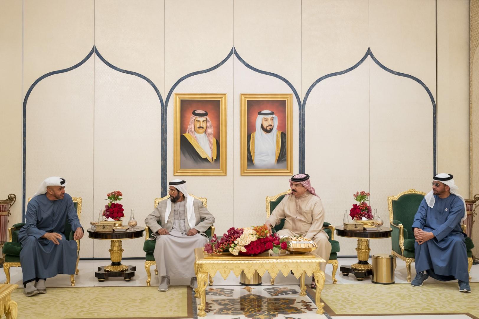 إعادة / ملك البحرين يستقبل محمد بن زايد وحمدان بن زايد وطحنون بن محمد في مقر إقامته
