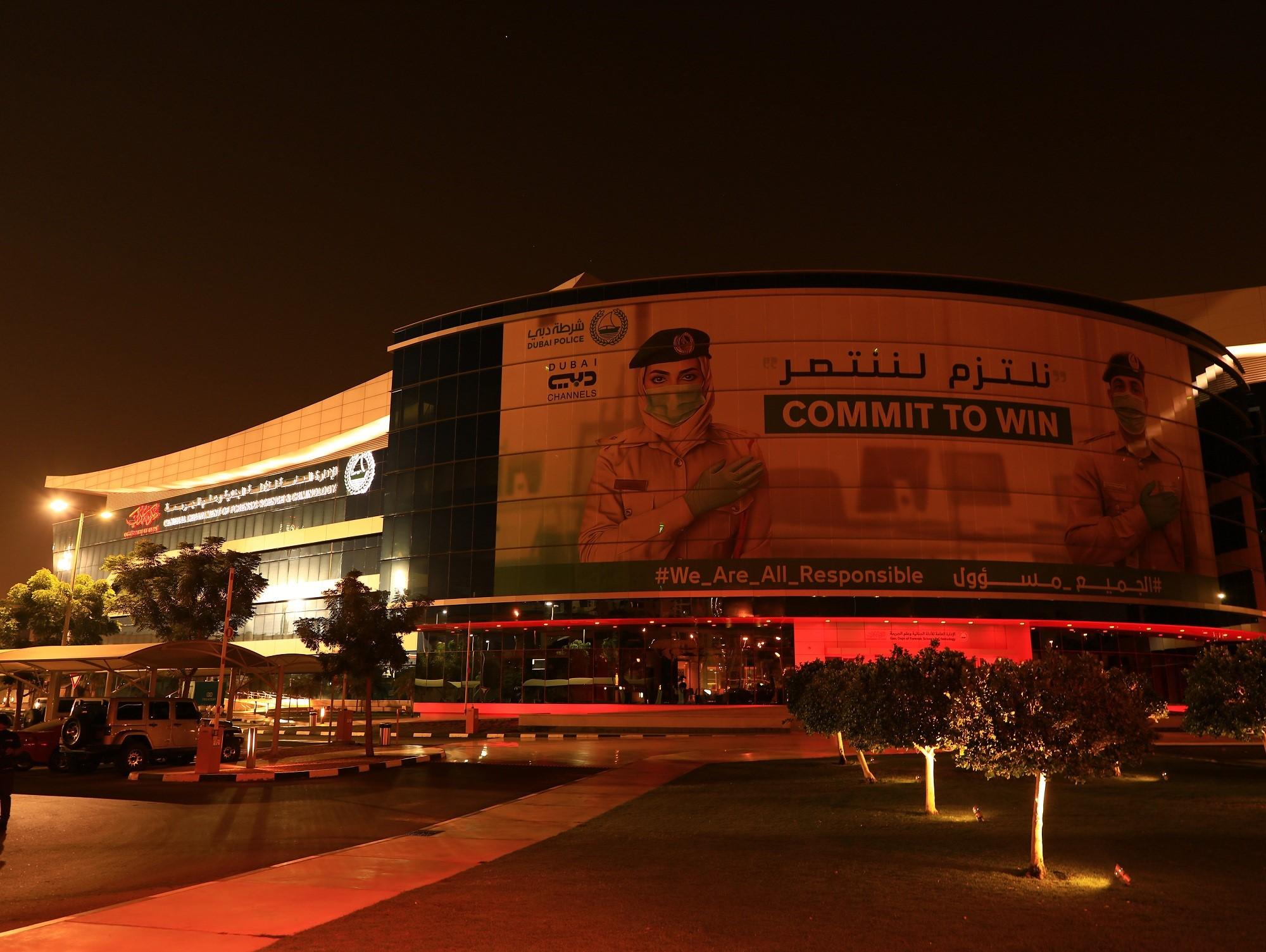 """مباني شرطة دبي باللون الأحمر احتفاءً باقتراب """"مسبار الأمل"""" من المريخ"""