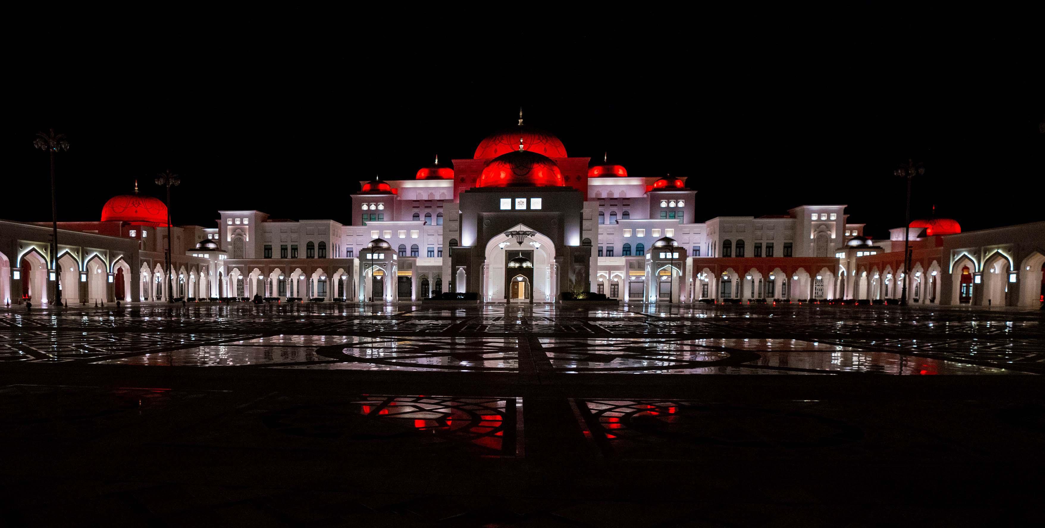 قصر الوطن يكتسي باللون الأحمر احتفاء بـ