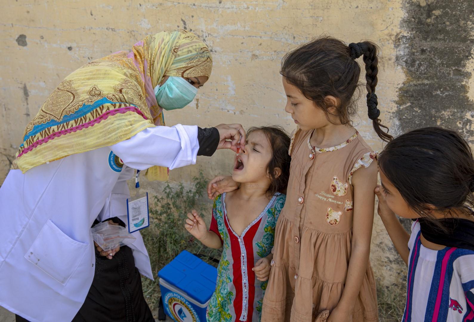 بتوجيهات رئيس الدولة .. حملة الإمارات للتطعيم تقدم نصف مليار جرعة تطعيم لأطفال باكستان ضد شلل الأطفال