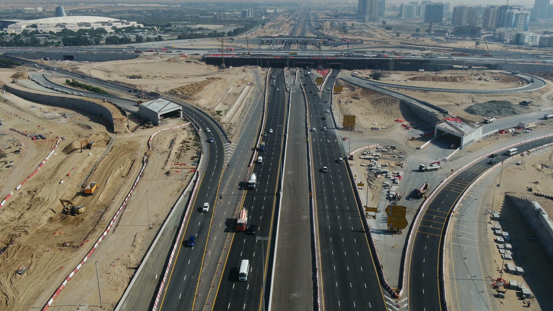 """"""" طرق دبي """" تنجز 60% من مشروع تطوير طريق دبي- العين"""