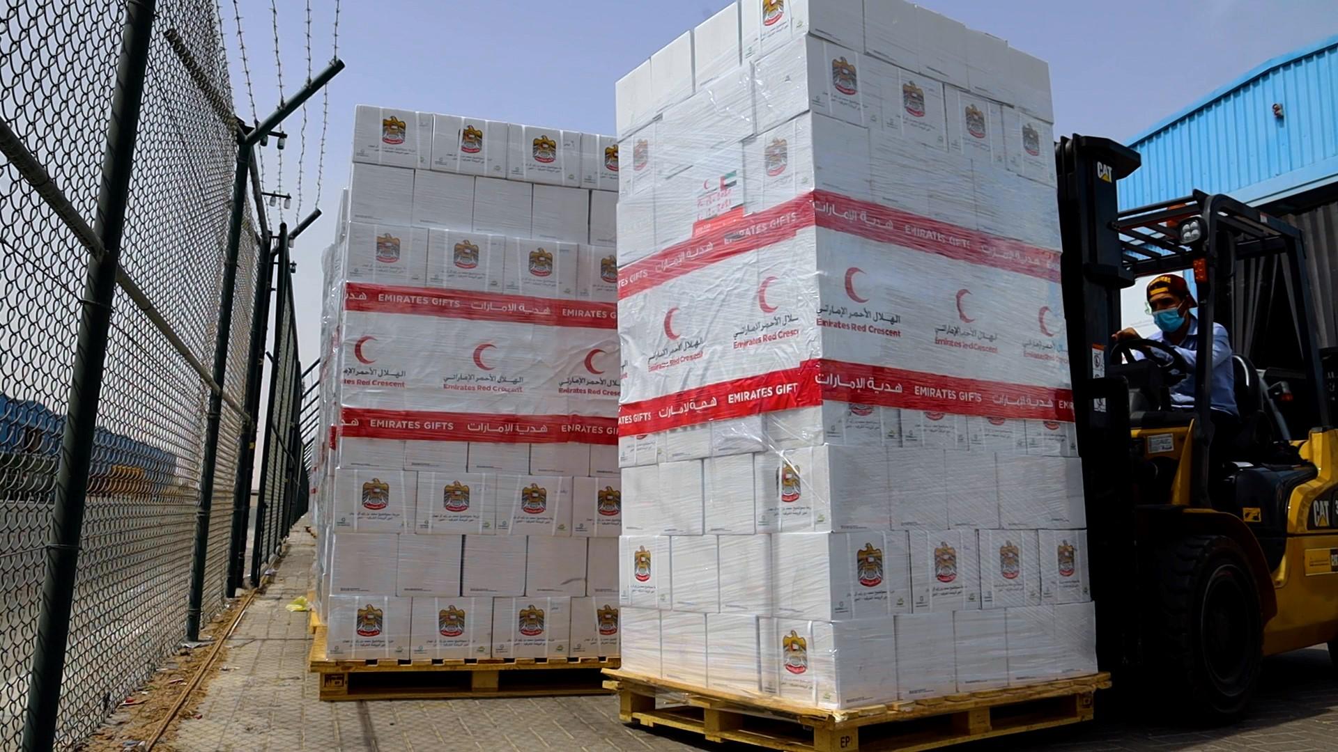 تنفيذا لتوجيهات محمد بن زايد .. الهلال الأحمر الإماراتي يدشن مشروع توزيع التمور الرمضاني بــ 200 طن في عدد من الدول