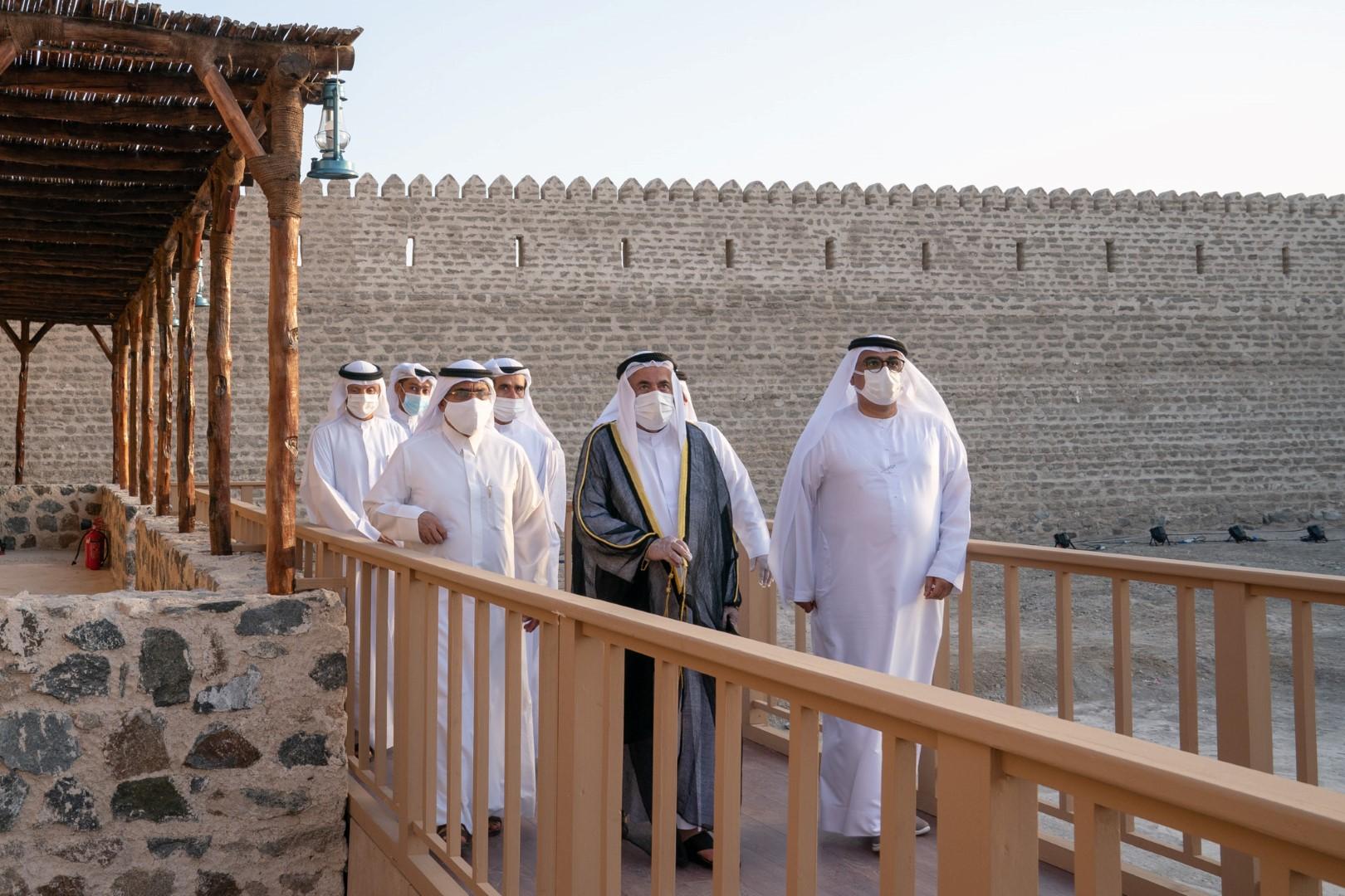 حاكم الشارقة يدشن حصن خور كلباء ويطلع على مخططات تصميم المتحف التراثي