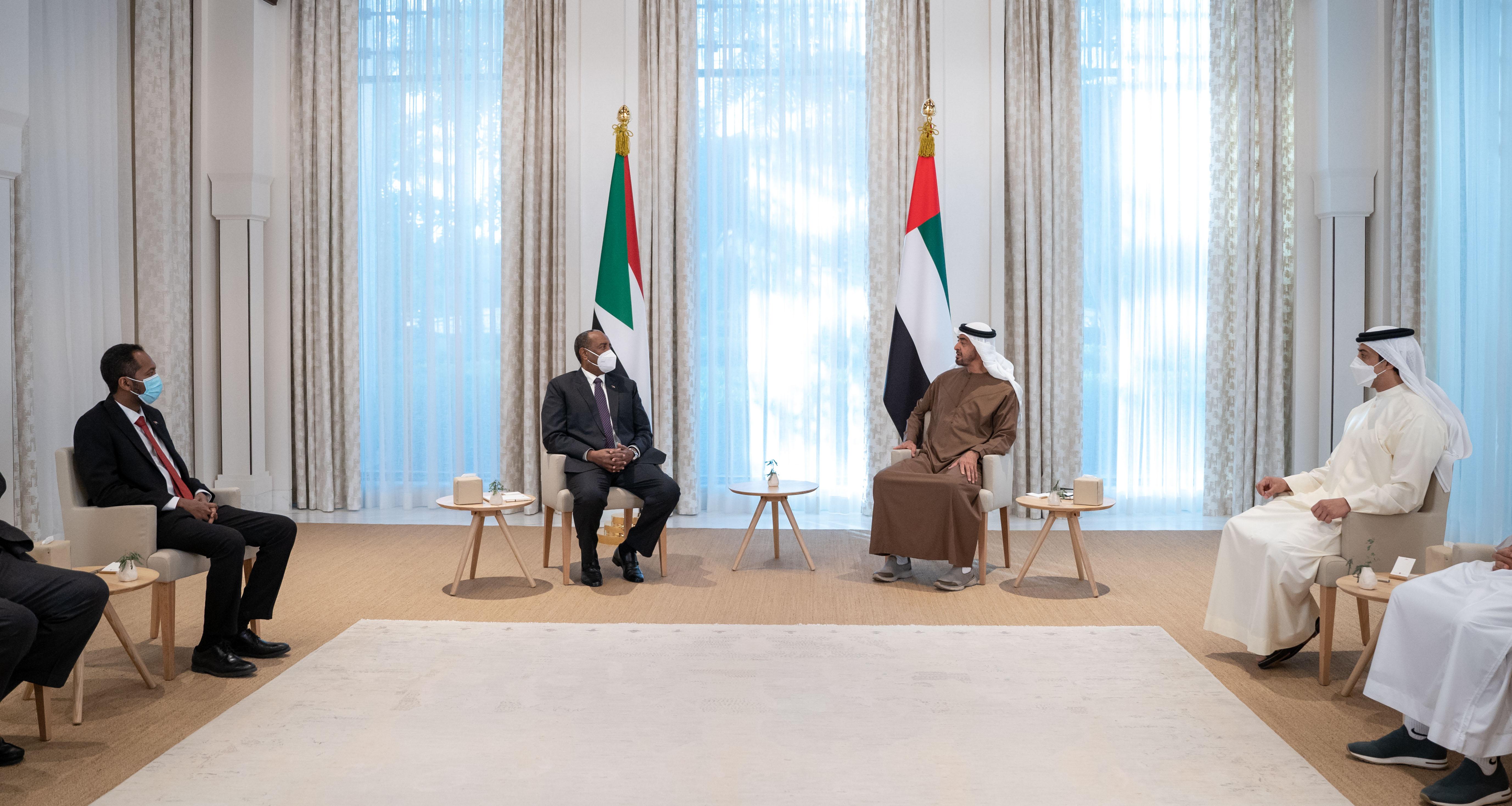 محمد بن زايد يستقبل رئيس مجلس السيادة في السودان