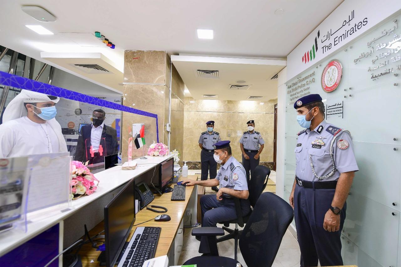 قائد عام شرطة أبوظبي يطلع على الجهود التطويرية بمركز شرطة الشعبية ويلتقي المراجعين