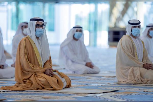 طحنون بن محمد يؤدي صلاة عيد الفطر بمسجد الشيخ خليفة بن زايد في العين