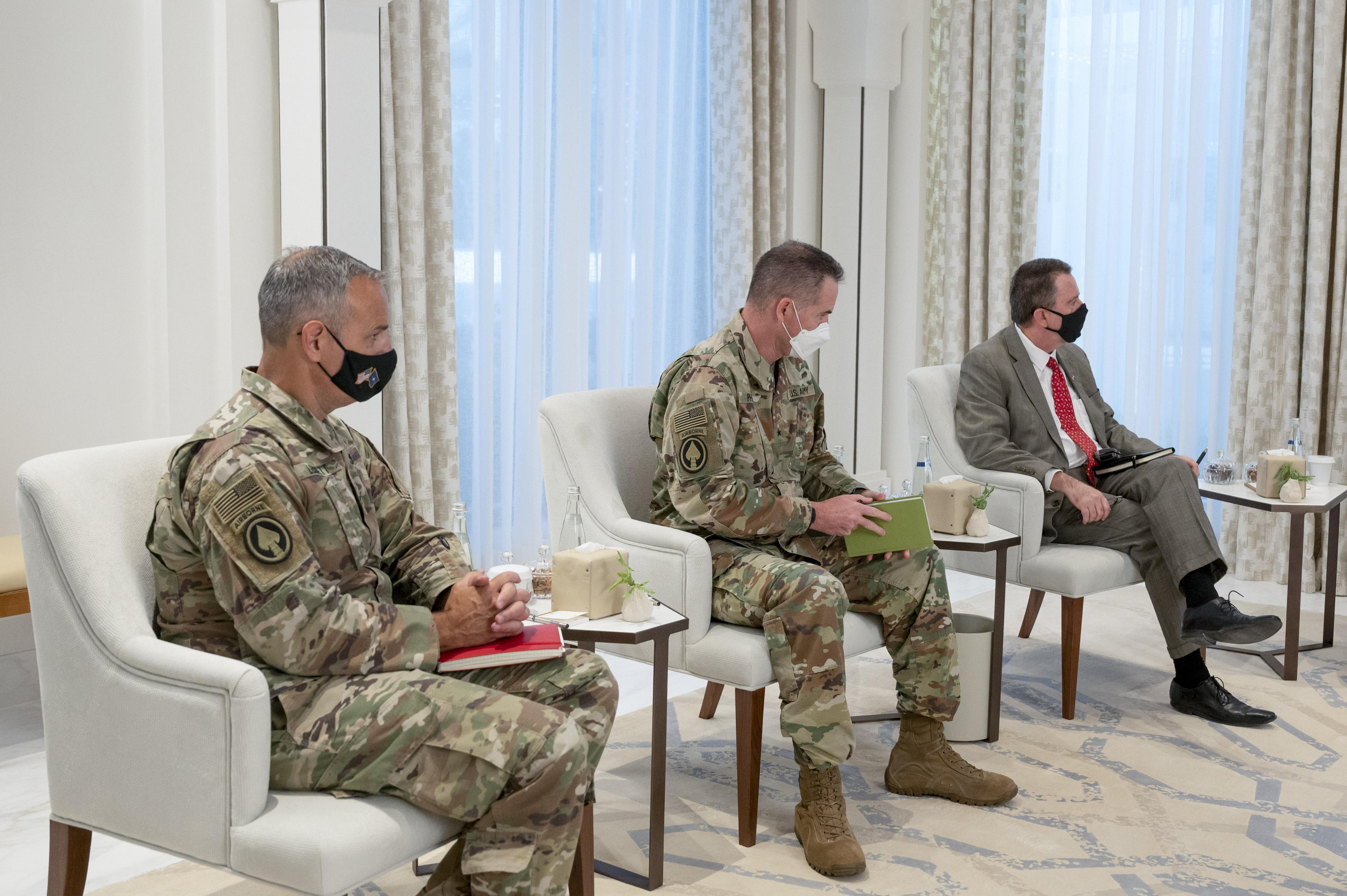 """محمد بن زايد يستقبل قائد بعثة """"الدعم الحازم"""" والقوات الأميركية في أفغانستان"""
