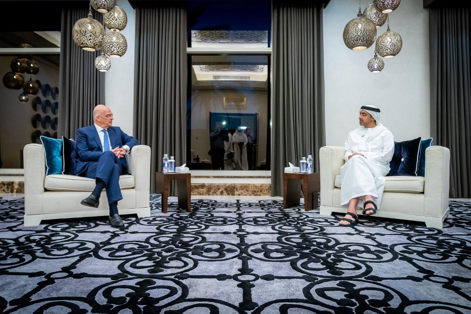 عبدالله بن زايد يستقبل وزير خارجية اليونان
