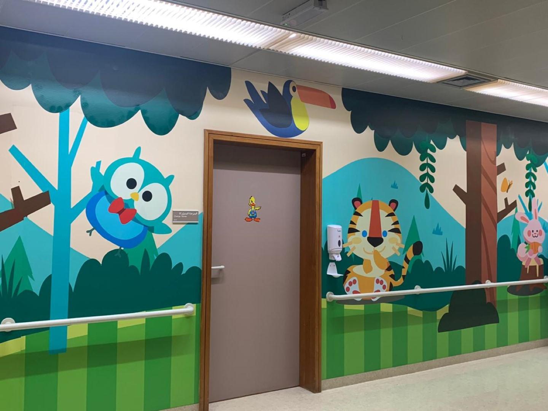 """""""دبي للثقافة"""" تحول ممرات قسم الأطفال في مستشفى لطيفة الى معرض فني زاخر بالجمال لراحة الطفل النفسية"""