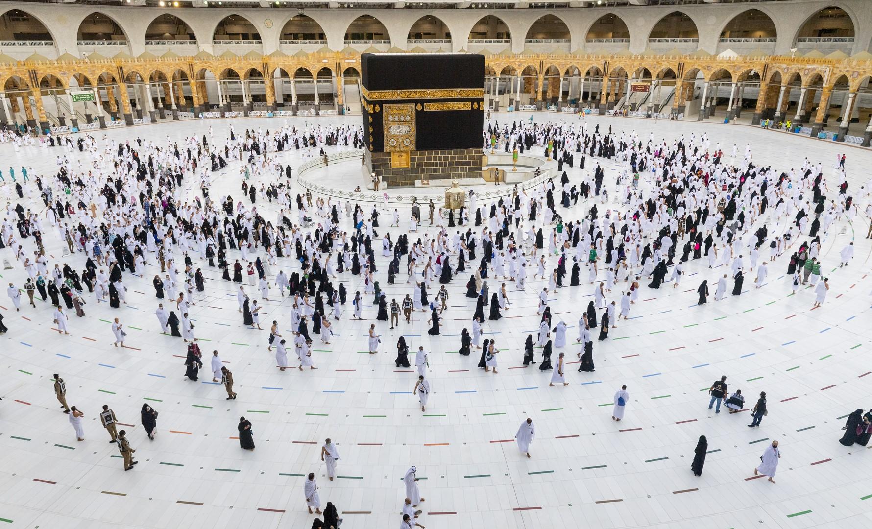 بيت الله الحرام يؤدون طواف الإفاضة وسط إجراءات احترازية مكثفة (large) (5)