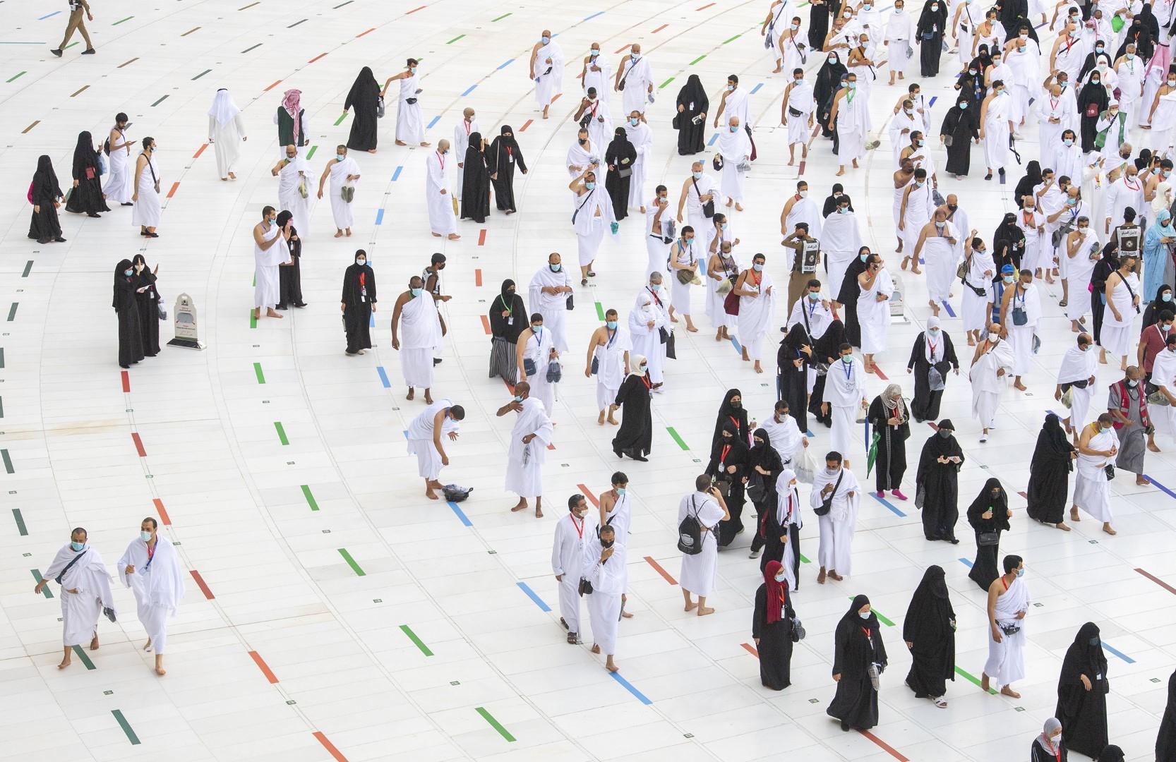 بيت الله الحرام يؤدون طواف الإفاضة وسط إجراءات احترازية مكثفة (large) (4)