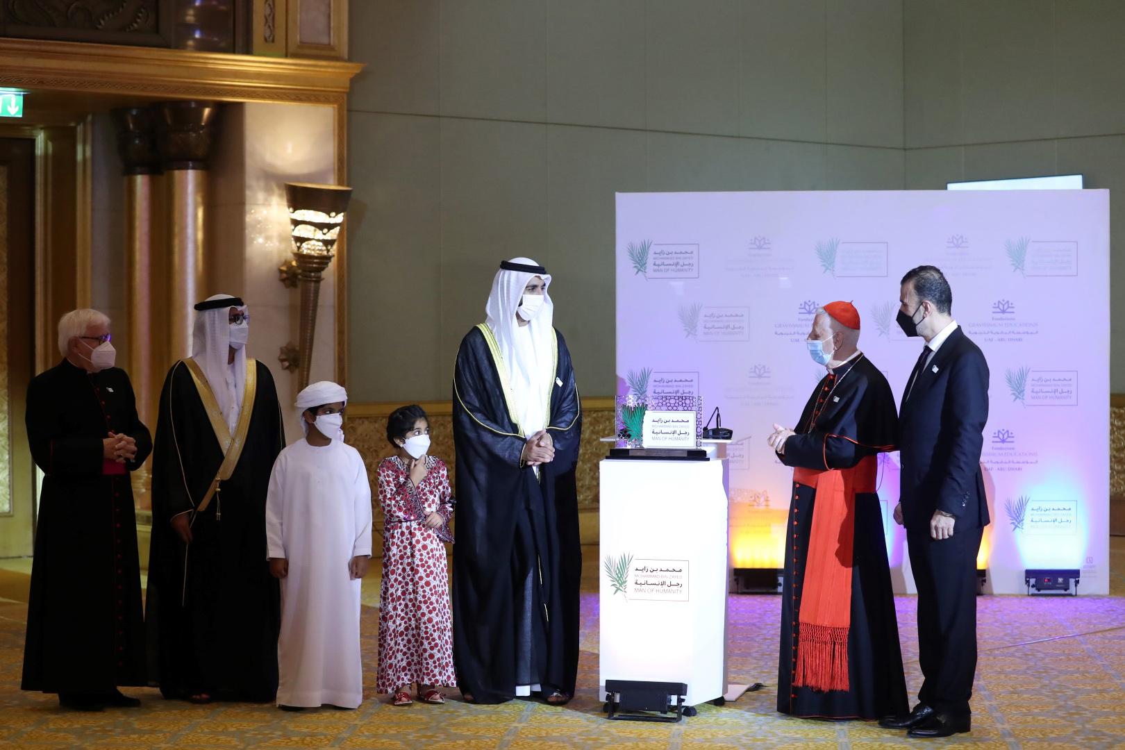 """المؤسسة البابوية التربوية التابعة للفاتيكان تمنح محمد بن زايد وسام """"رجل الإنسانية"""""""