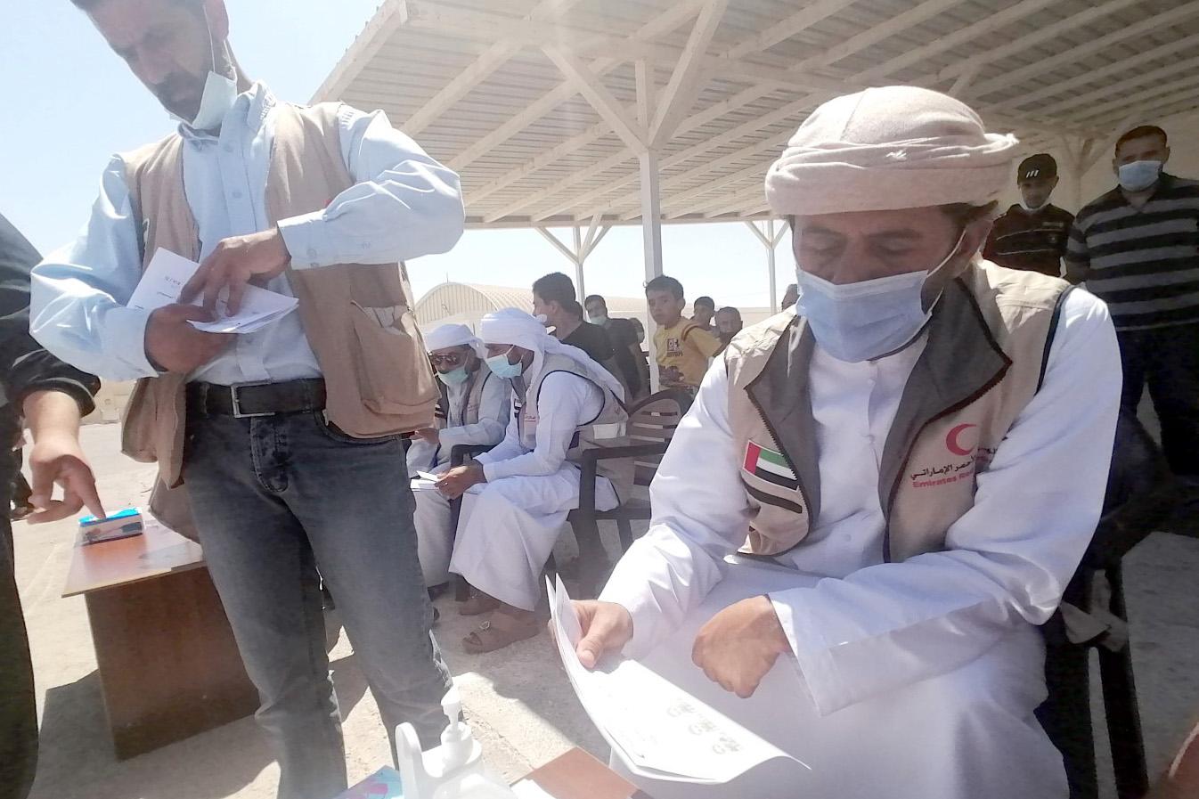 توزيع المخصصات المالية لكسوة العيد على اللاجئين السوريين بالمخيم الإماراتي الأردني