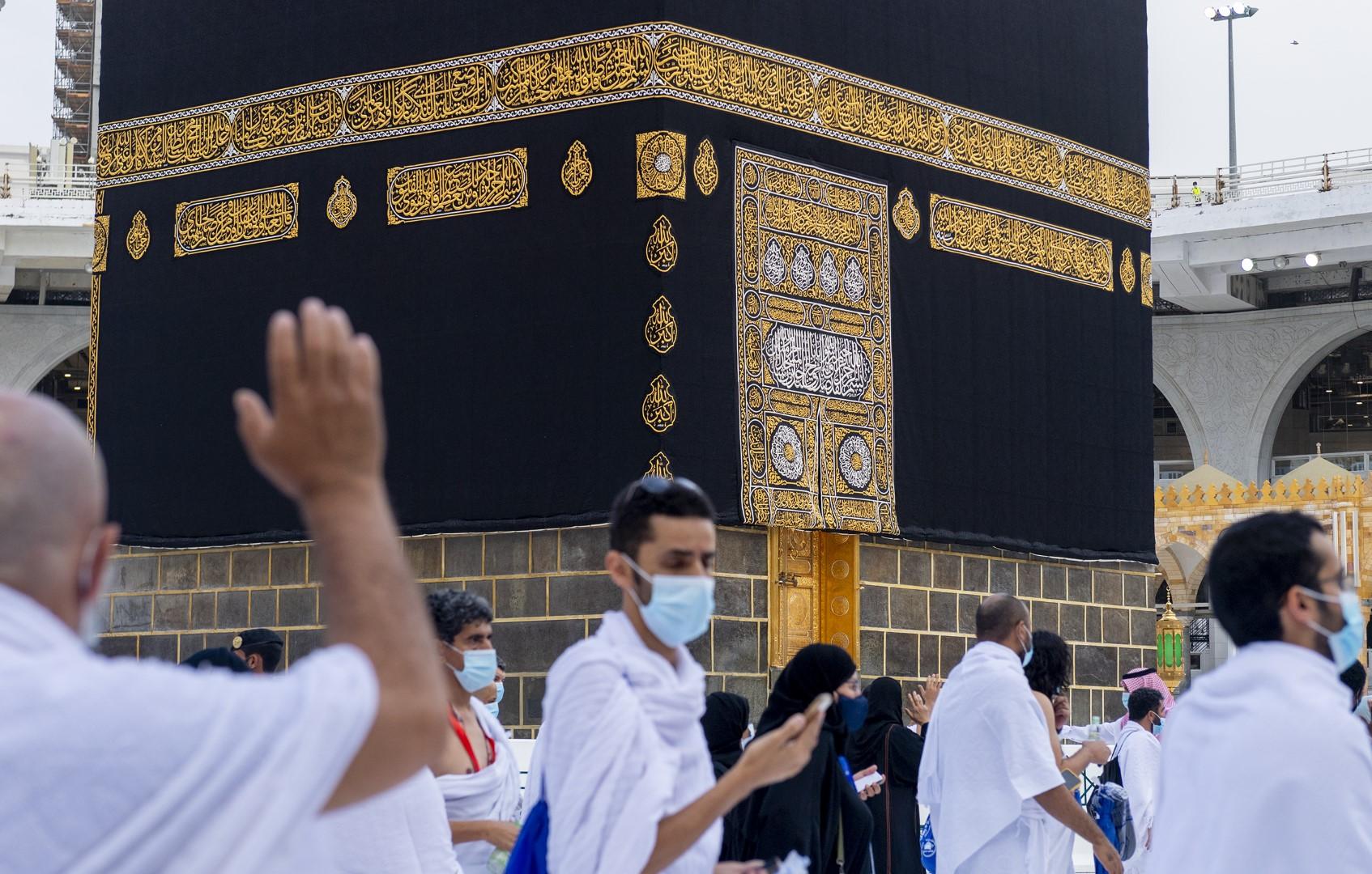 بيت الله الحرام يؤدون طواف الإفاضة وسط إجراءات احترازية مكثفة (large) (1)